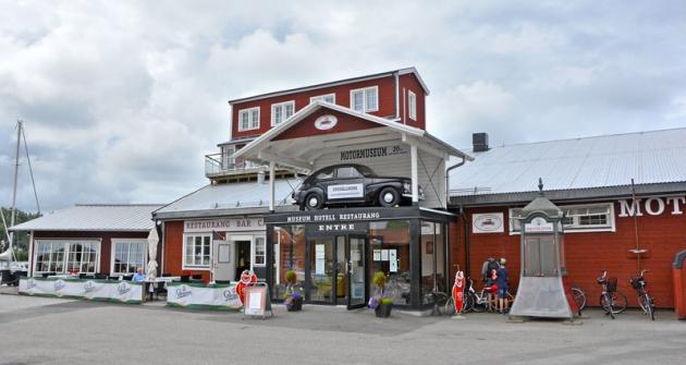 Na terase restaurace muzea si můžete pochutnat na Staropramenu. Vstup hlídá Volvo PV 445