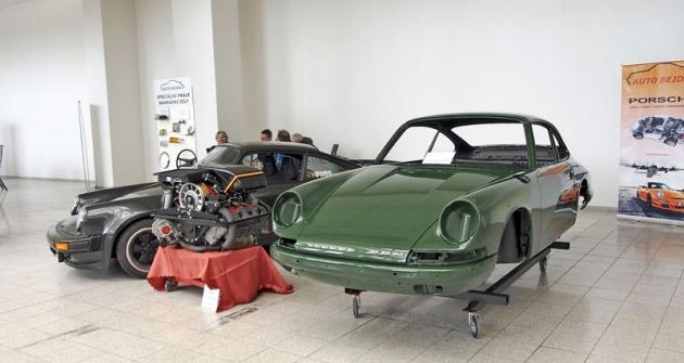 Porsche 911 na stánku Auto Bejda jako hotový vůz, karoserie před dokončením a samostatný motor