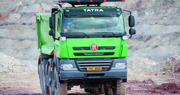"""""""Pracovní stroj"""" je legislativně jiná kategorie něž těžké nákladní vozidlo určené pro provoz naveřejných komunikacích. Naprvní pohled se liší například systémem ochran ROPS/FOPS umístěným nad kabinou."""