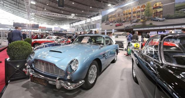 Aston Martin DB5 jepřitažlivé GT ze 60.let, proslavené filmy o Jamesu Bondovi. Zadní kola roztáčí šestiválec 4,0 litru o výkonu 282 koní