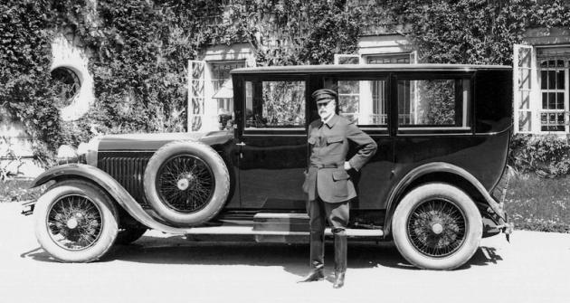 Tomáš Garrigue Masaryk s vozem zapózoval 3. května 1926 před zámkem v Lánech