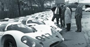 Konstruktér Ferdinand Piëch  (zcela vlevo) ajeho dílo Porsche 917 nadvoře automobilky vZuffenhausenu.