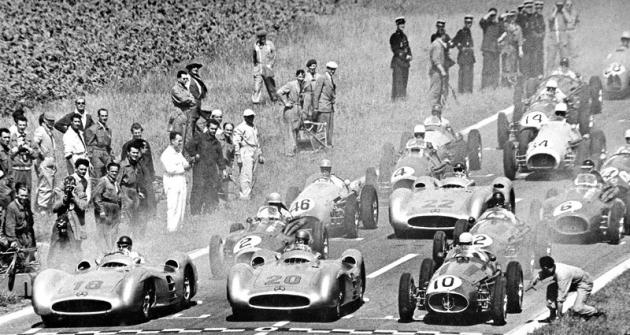 Na startu Velké ceny Francie 1954: v první řadě zleva dva vozy Mercedes-Benz W196 (Juan-Manuel Fangio a Karl Kling) spolu sMaserati italského mistra Alberta Ascariho
