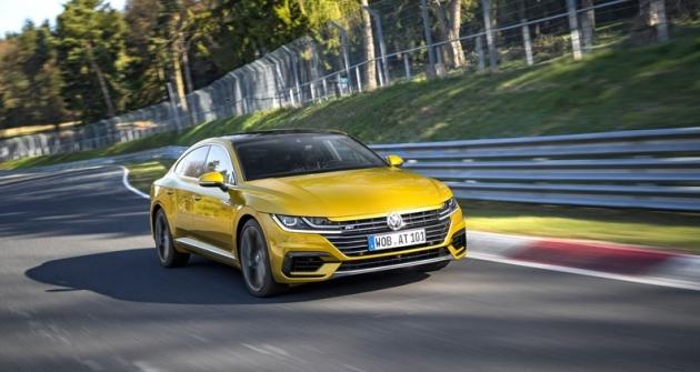 I přes obvyklý základ v platformě MQB se Arteon stává zcela samostatnou entitou, jež kromě typického rozměrného loga na přídi (kryjícího radar) prakticky ničím nepřipomíná jiné vozy Volkswagen současnosti