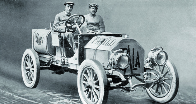 Italský kníže Scipione Borghese (zavolantem) svozem Itala vstoupil dovelkého dobrodružství sjasnou ambicí závod vyhrát. Jeho Itala měla také nejvýkonnější motor ze všech vozů, které vroce 1907 vyrazily zPekingu doPaříže.