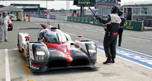 Toyota posádky Conway/Kobayashi/ /Sarrazin vládla závodu první třetinu, než odpadla se spálenou spojkou zážehového motoru