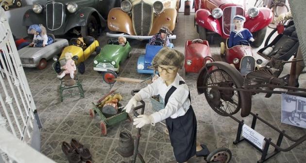 Skutečné automobily Tatra aAero před sebou ženou dobová autíčka pro děti