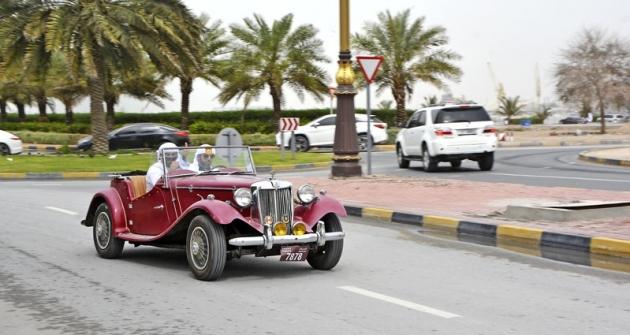 K projížďkám podél kolonád dobře slouží itato replika MG. Zajímavý je maskot – dravec, jaký používá vládnoucí sultánova rodina