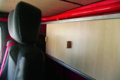 Kredenc za sedadly v kabině Tatry 815 umístěná na zadním čele. Něco podobného je v novodobých speciálech zcela nemožné.