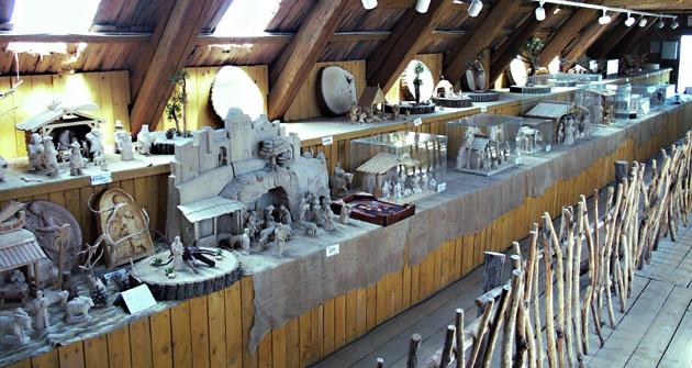 V podkroví je expozice mnoha různých betlémů.
