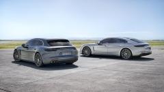 Nové kombi Sport Turismo (vlevo) rozšiřuje objem avariabilitu zadní části interiéru. Vporovnání svýchozím liftbackem Panamera jsou základní rozměry karoserie prakticky identické a ani celková silueta se příliš nezměnila