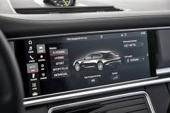 Širokoúhlý středový displej umožňuje u Panamery Sport Turismo nejen volbu z přednastavených provozních režimů, ale též konfiguraci jednotlivých soustav poháněcího ústrojí a podvozku. Vjakýkoli moment lze navíc, mimo tyto režimy, ovládat klapku ve výfukovém traktu a úhel náklonu spoileru nad zadním oknem