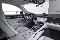 Pracoviště řidiče vyniká kvalitními materiály a bohatou komfortní výbavou. Ergonomie je znamenitá, vše je dobře po ruce, aby řidiče při rychlé jízdě nic nerozptylovalo