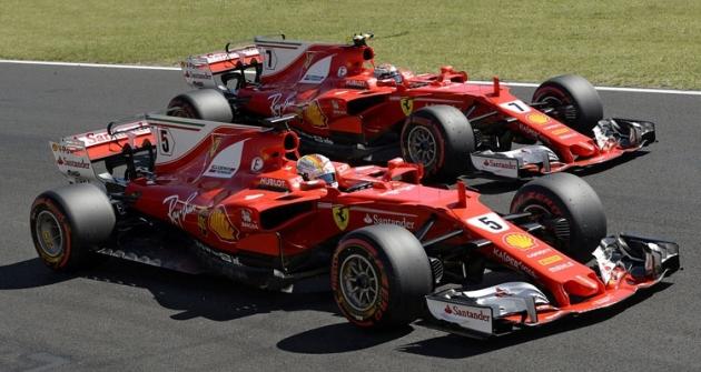 Ferrari SF70H ovládla letošní Velkou cenu Maďarska; Sebastian Vettel (číslo5) vyhrál před Kimim Räikkönenem (7)
