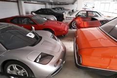 Vedle poněkud schovaného McLarenu F1 stojí BMW M1 a před ním koncepční vůz BMW Turbo z roku 1972. V pozadí závodní BMW M3 E30
