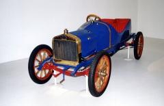 Závodní voiturette typu F, poháněná jednoválcem 939cm3 o výkonu 7,7kW (10,5 k) střístupňovou převodovkou (model 1908)