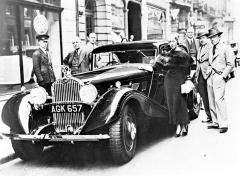 Slavná britská letkyně Amy Johnsonová pózuje se sportovním sedanem Delage D8S, opatřeným karoserií Chapron (1934)