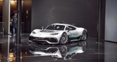 Mercedes-AMG Project ONE, vize techniky formule 1 pro běžný provoz. Hybridní poháněcí ústrojí má prý přes 1000 koní, nejvyšší rychlost více než 350 km/h
