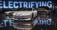 Na vlně elektromobilů se nesla také hala BMW Group. V popředí studie BMW i Vision Dynamics, za ní Mini Electric Concept aBMW Concept X7 iPerformance