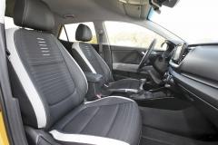 Sedadla jsou rozměrná a pohodlná, byť bez výraznější boční opory. Standardem nejvyšší výbavy je polokožené čalounění