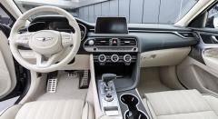 Palubní deska výrazně odděluje prostor pro řidiče aspolujezdce