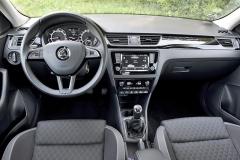 Pracoviště řidiče vyniká strohostí apřehledností. Facelift jej z uživatelského hlediska přiblížil ostatním škodovkám