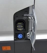 Pod jedním víčkem jsou hrdla nádrže na naftu i AdBlue
