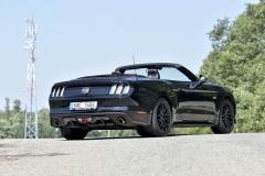 Na půdorysu sedanu střední třídy nabízí kabriolet Mustang přiměřeně komfortní cestování čtyřčlenné posádce