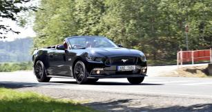Osmiválcový Ford Mustang je velmi rychlá šelma, jež si vysloveně říká o krocení. I přes jistou těžkopádnost jsou jeho reakce vždy naprosto předvídatelné a čitelné