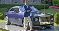 Giles Taylor a jeho Rolls-Royce Sweptail 103EX v podvečeru hotelového parku