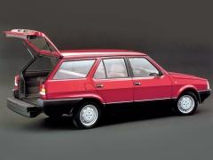 Regata Weekend se představila v roce 1984. U kombíků Fiat založila dlouhou tradici dvoudílné zadní výklopné stěny