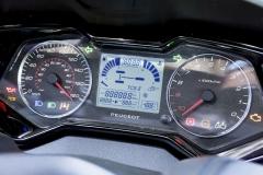 Také bohatě vybavený přístrojový štít připomíná automobily Peugeot. Všimněte si třeba orientace otáčkoměru