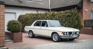 Testovaný vůz je vybaven dobovými litými disky kol BBS, jež hezky dokreslují sportovní charakter.  Sedan je dlouhý 4,7 metru