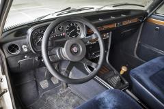Již předchozí majitel vyměnil původní volant začtyřramenný sportovní volant Alpina. Ničemu to nevadí