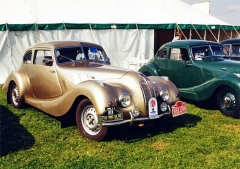 První Bristol 400 vznikl na základě sportovních vozů BMW 327/28 v roce 1946