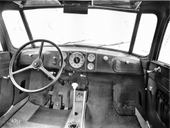 Přístrojová deska jednoho z prvních vozů Tatra 87 s volantem vlevo
