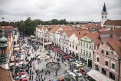 Náměstí plné klasických vozů a youngtimerů – zastávka na oběd v Třeboni přilákala davy fanoušků