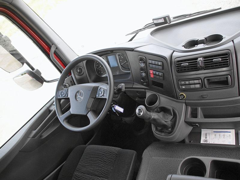 Navýsost prakticky koncipovanému pracovišti řidiče dominuje zbytečně velký volant a krátká robustní řadicí páka