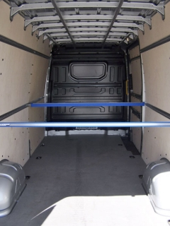crafter-Objem 14,3 m3, užitečná hmotnost 1300 kg. Standardem je 12 upevňovacích ok na podlaze, lišty na bocích a rozporky jsou za příplatek