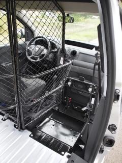 dacia-Po sklopení sedadla spolujezdce vpřed lze otočit část přepážky, řádně aretovat a můžete přepravovat předměty vdélce 2350 mm