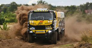 Soutěžní kamion LIAZ zvaný Franta vplné jízdě na trati Baja Poland 2017