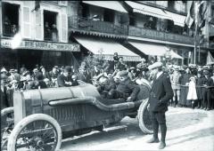 Před Velkou cenou Francie 1912 naokruhu Sarthe vLe Mans vevoze Peugeot.