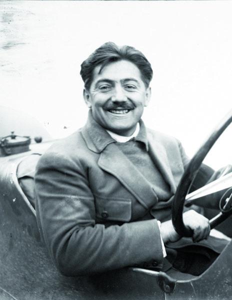 Uměl točit volantem adivoce šlapat napedály, stejně tak to uměl skniplem aspedály vletadle. Byl opravdovým francouzským hrdinou.