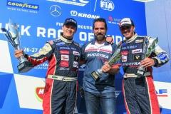Nejlepší tým ETRC 2017 vMaďarsku akoneckonců icelé dosavadní letošní historie závodů tahačů naokruzích FIA – zleva Adam Lacko, šéf týmu Jan Kalivoda, David Vršecký.
