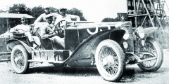 ZA volantem vozu RL Sport druhé série Enzo Ferrari. Fotografováno na okruhu Monza během závodů Coppa delle Alpi v roce 1923.