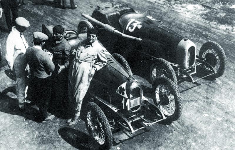 Před závodem Targa Florio 1923. Alfa Romeo RL startovní číslo 11 patří Masettimu. Třináctka potom Sivoccimu. Zajímavostí je, že Masetti má nakapotě vozu čtyřlístek pro štěstí, zatím co Sivocci ne, anavíc má jinak umístěné startovní číslo.