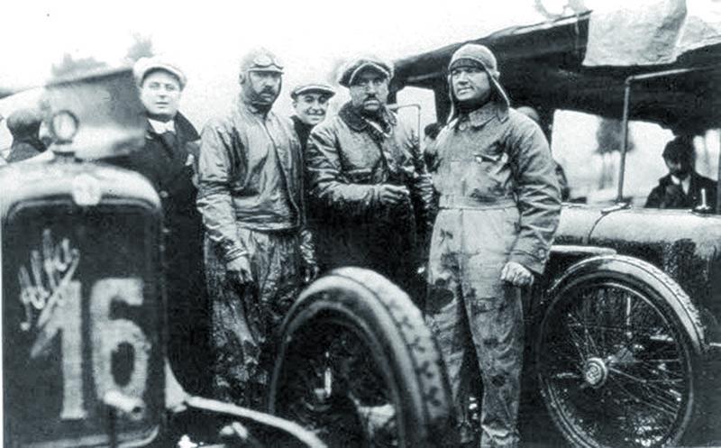 Zleva. Ugo Sivocci, Giuseppe Campari aAntonio Ascari – všichni postupně našli smrt nazávodní dráze. První vMonze roku 1923, druhý tamtéž vroce 1933 atřetí vMonthéry vroce 1925.
