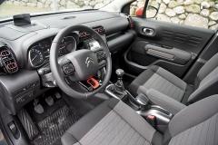 Pracoviště řidiče Aircrossu vychází ztypu C3, třeba vnější výdechy ventilace však zdůrazňují větší výšku vozu