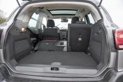 Falešná podlaha propojuje nákladový práh a sklopená zadní sedadla v jednu rovinu a skrývá prostor pro drobnosti