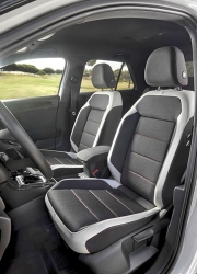Přední sedadla jsou rozměrná a tuhá a je na nich dostatek místa ve všech směrech